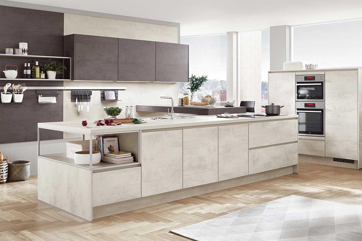 Küche Modern. Sehr Beliebt Sind Kochinseln, Wenn Das Raumangebot  Ausreichend Ist. Hier Lässt Sich Gemütlich Zu Mehreren Personen Kochen.